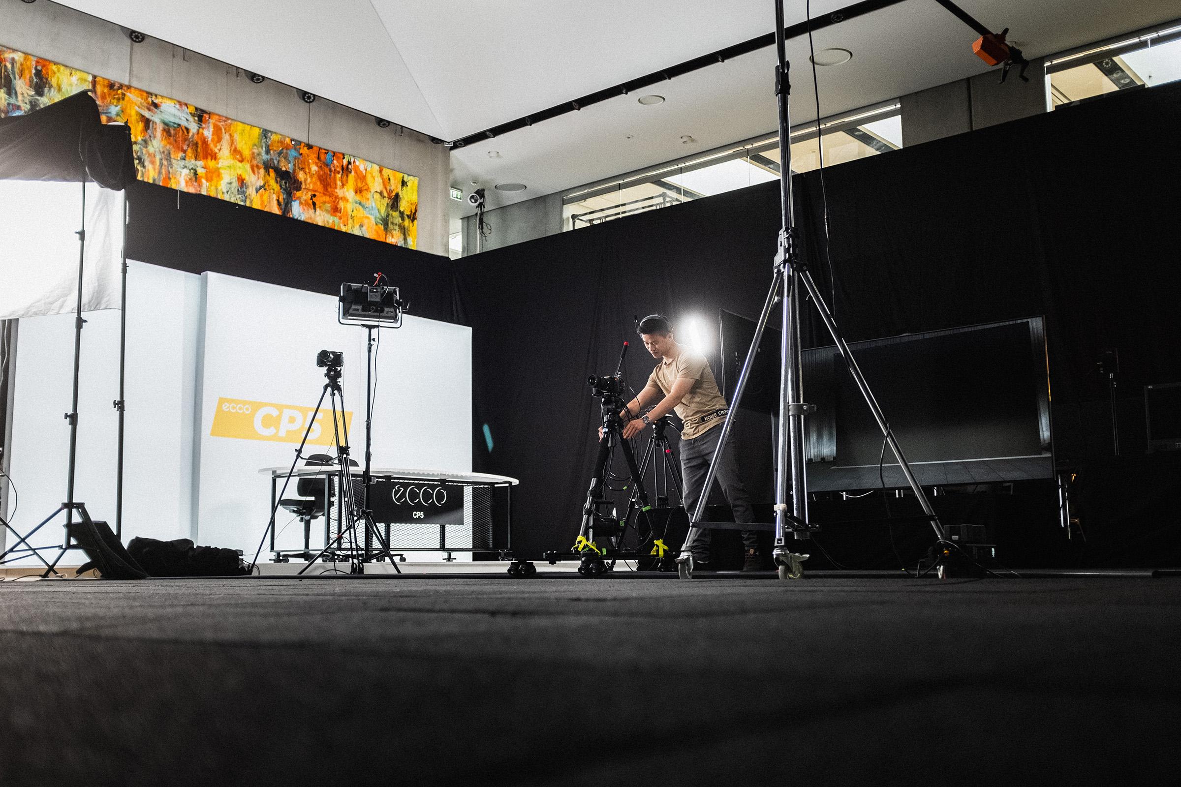 Kameramand opererer Blackmagic 6K på dolly track under live streaming